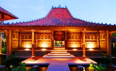 Model rumah adat Jawa Timur mendapat pengaruh dari rumah Madura. Rumah ini tidak memiliki pintu belakang dan tanpa kamar-kamar pula. Serambi depan ternpat menerima tamu laki-laki dan tamu perempuan diterima di serambi belakang. Mereka masuk dari samping rumah.