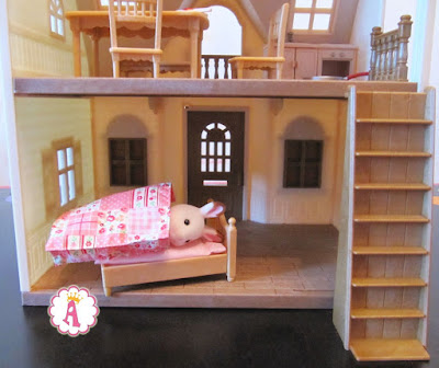 Кролик Sylvanian Families спит в кроватке