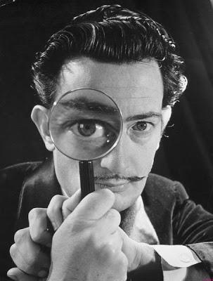 Foto de Salvador Dalí con una lupa en la mano