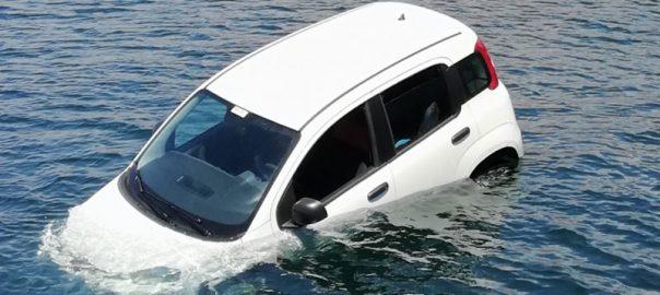 Αυτοκίνητο έπεσε στο λιμάνι του Κιάτου