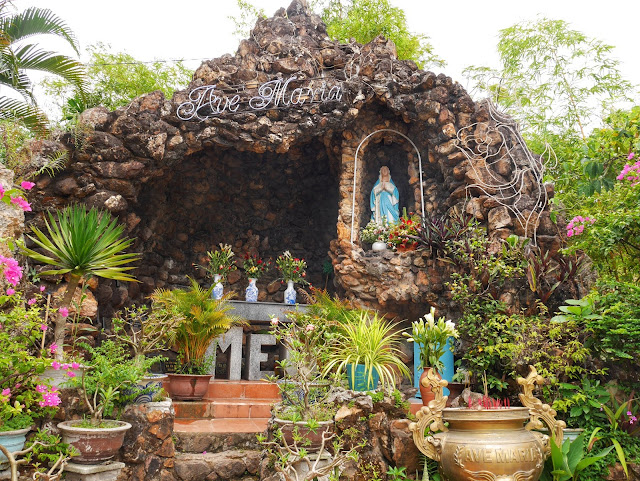 Marian Grotto, Hue
