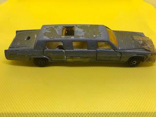 キャデラック リムジン のおんぼろミニカーを側面から撮影