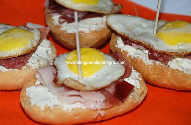 Huevo de codorniz sobre jamón y queso