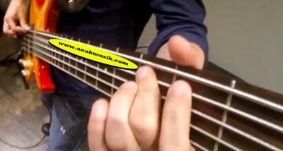 Kunci Dasar Gitar Bass Lengkap Bagi Pemula