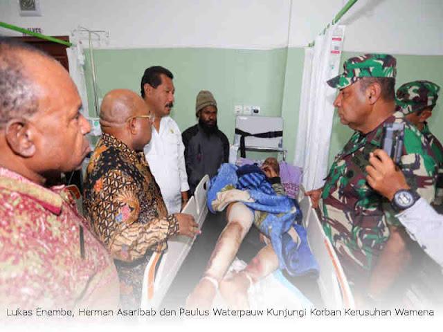 Lukas Enembe, Herman Asaribab dan Paulus Waterpauw Kunjungi Korban Kerusuhan Wamena