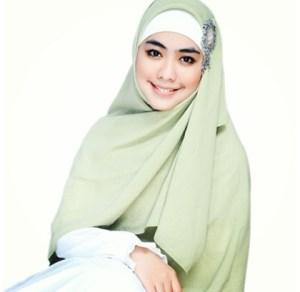 Gaya jilbab Oki setiana dewi yang syar'i