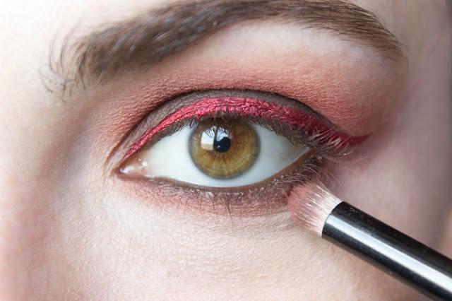 Макияж глаз с красным акцентом: шаг 9