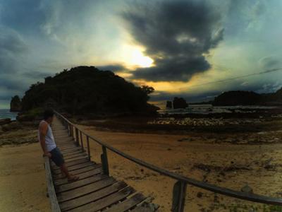 Jembatan yang menghubungkan Pantai Watu Lawang dan Gunung Kombang. Foto oleh @kodokx