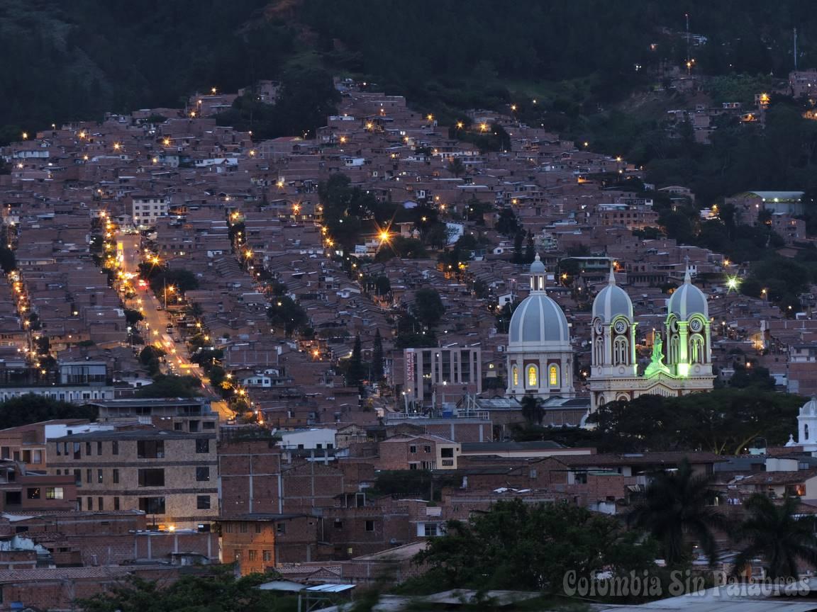 torres y campanario de la iglesia nuestra señora del rosario detras el barrio camacol