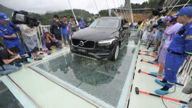 Jembatan kaca di China di tes dengan dilewat mobil sarat penupang