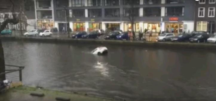 Quá chân ga đã làm chiếc xe văng xuống con kênh