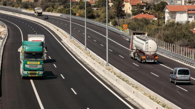 Τι αλλάζει για τα φορτηγά και τα λεωφορεία στις εθνικές οδούς | Πότε θα χάνουν το δίπλωμα οι οδηγοί