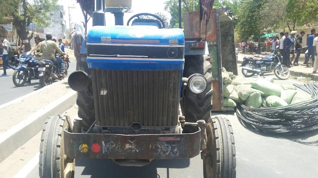 Reflect-a-tractor-filled-with-Iron-rods-cement-सीमेंट सलिये से भरा ट्रैक्टर पलटा