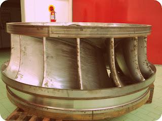 Turbina de Usina Hidrelétrica - A Água Bate nas Pás. Estas Fazem o  Eixo Girar, Gerando Energia Elétrica.