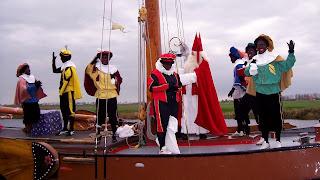 Sinterklaas achtergrond met Sint en pieten boven op het dek