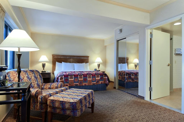 The Hilton Anchorage hotel is a 10 minute drive from Ted Stevens International Airport and within walking distance of popular area attractions.