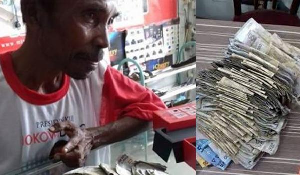 Bapak membeli smartphone dengan uang receh