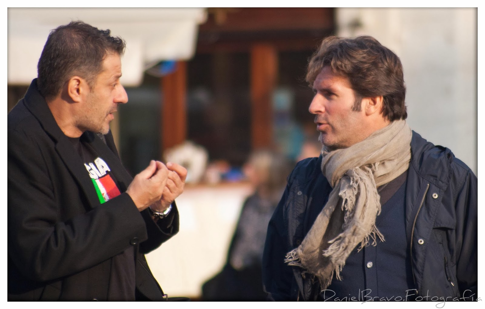 Dos hombres italianos hablando en Venecia.