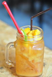 jarra de zumo con fruta