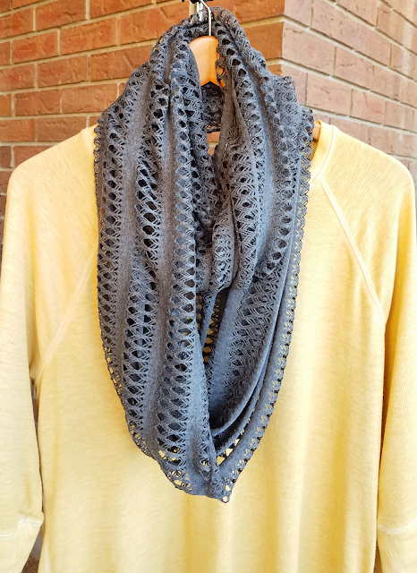 Super easy, DIY no sew infinity scarf made in about 10 minutes. It's an inexpensive way to make an infinity scarft, and the perfect homemade Christmas gift / present!