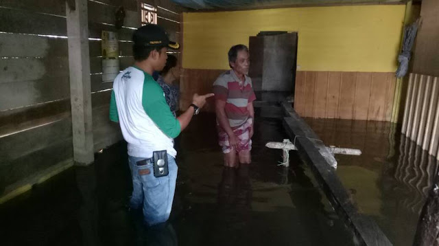 Hari Libur, Camat Malangke Barat Tinjau Banjir