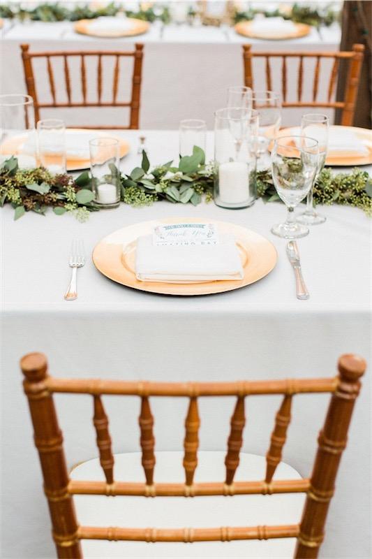 mesa con mantel blanco y largo centro floral chicanddeco