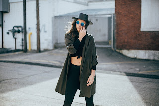 Model auf einer Straße