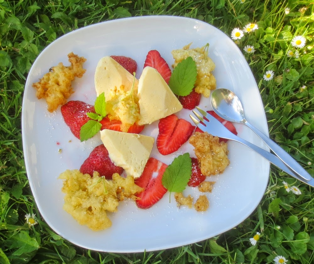 Holunderblütenparfait an Erdbeeren und frittierten Holunderblüten
