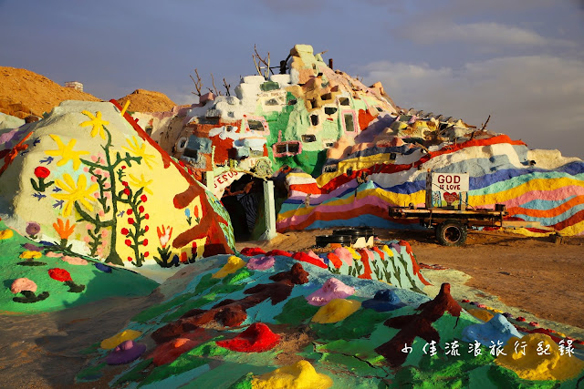 荒野沙漠中的救贖山(Salvation Mountain)