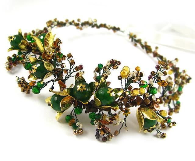 Biżuteryjny wianek ślubny z granatami i jadeitami.