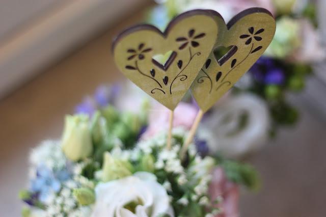 Grüne Herzen Frühlingsdekoration Herbsthochzeit mit bunten Wiesenblumen im Hochzeitshotel Garmisch-Partenkirchen Riessersee Hotel Bayern, heiraten in den Bergen