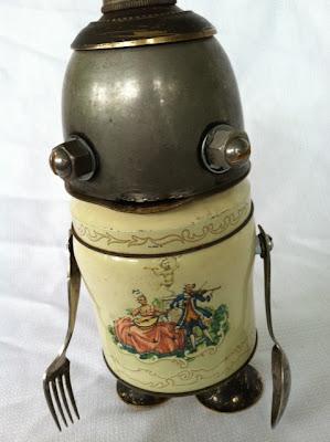 Personaje hecho con objetos de metal antiguos reciclados