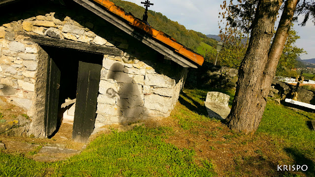 sombra fantasmal en cementerio