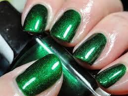Uñas decoradas con diferentes tonos de color verde.
