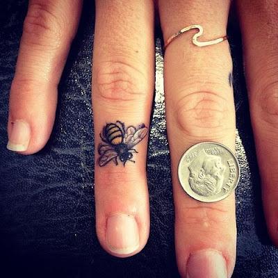Mel de abelha desenhos de tatuagem de Dedo em dedo do anel, olhando incrivel