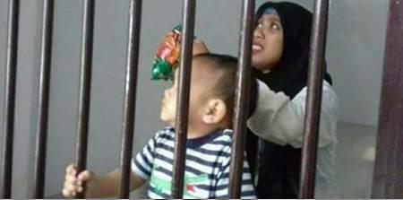 bayi mungil dipenjara