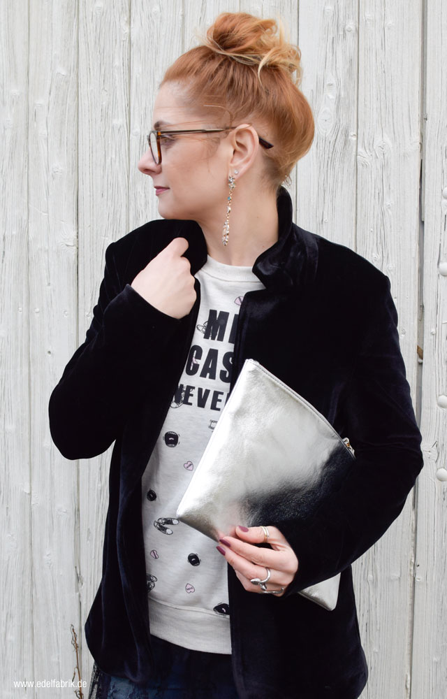 schwarzer Samblazer, Clutch aus Silber, Statementsweater