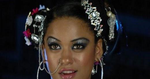 521 Entertainment World: Mumaith Khan Latest Hot Cleavage Stills 2012