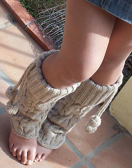 Схема вязания гетры спицами - теплая модель с помпонами
