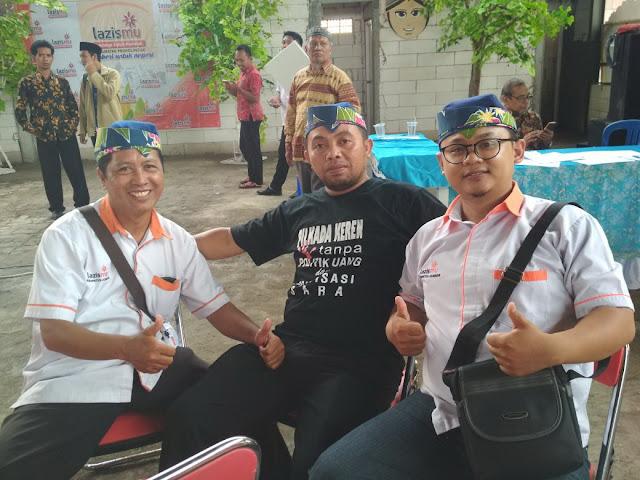 Team Lazismu Jember dengan atribut Songket Batik Binaan Lazismu Jember