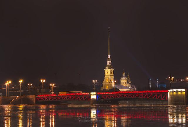 Вид на Петропавловский собор со стороны Дворцового моста. Санкт-петербург
