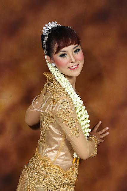 Foto rias pengantin dengan kebaya modifikasi modern nasional