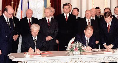 """Порошенко предложил отменить отдельные положения """"большого договора"""" с Россией"""