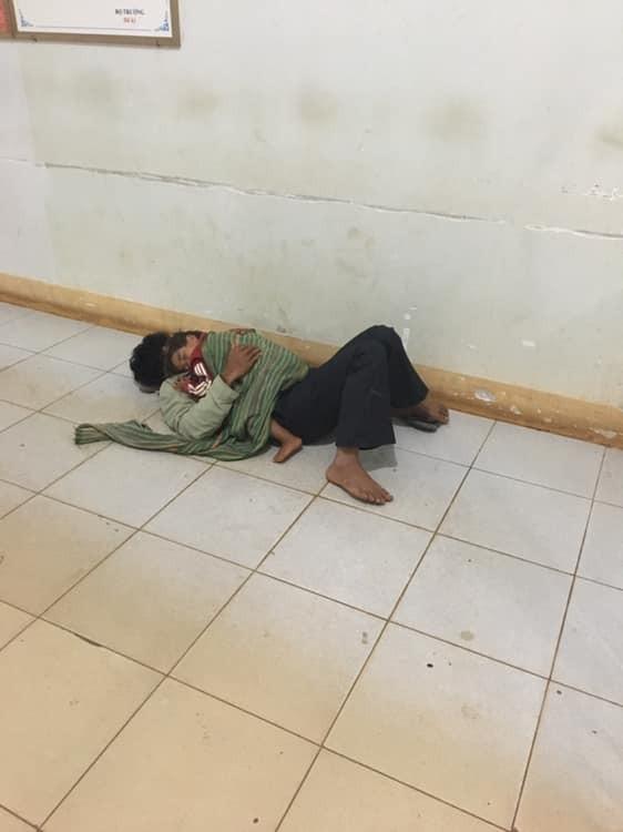 Gia Lai: Cảm động khoảnh khắc 2 cha con nhà nghèo ôm nhau ngủ dưới hành lang bệnh viên để chờ mẹ sinh