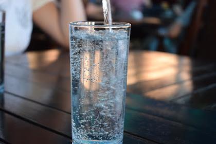 4 Hal yang Membedakan Air Alkali dengan Air Putih Biasa