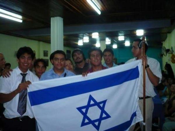Los Judíos de Iquitos sostienen una bandera israelí. (Facebook)