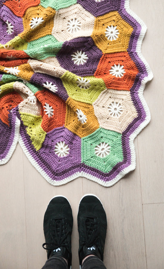 Crochet hexagon blanket, free crochet pattern | Happy in Red