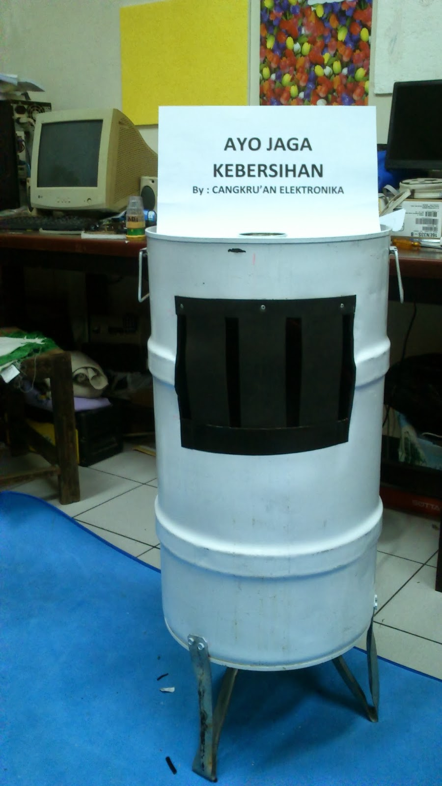 Tempat Sampah Unik Cangkru'an Elektronika buah karya arek-arek cangkru'an elektronika  Prodi Elektronika Politeknik Elektronika Negeri Surabaya  30 Nopember 2013  :)