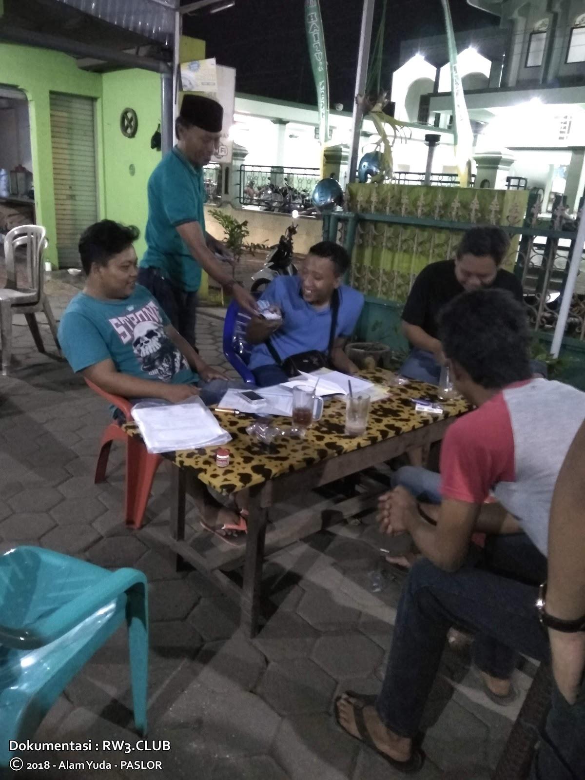 Nor Badri, Raditya Nugroho, Imam Sofyan, Andi Mulyadi, Didik Setiyawan Prasetiyo - Pengurus Komunitas Pemuda-Pemudi RW-3 NgoPi di Angkringan
