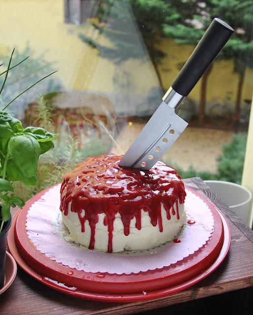 Roter Halloweenkuchen mit Himbeersauce